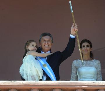 Mauricio Macri juró como nuevo presidente de la Nación y recibió los atributos