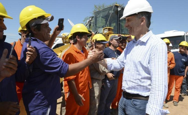 El Gobierno reconoció que la industria y la construcción llevan un año de caída