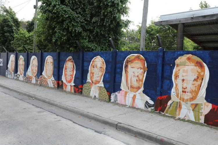 Un hombre atac un mural en homenaje a madres de plaza de for Mural nuestra carne