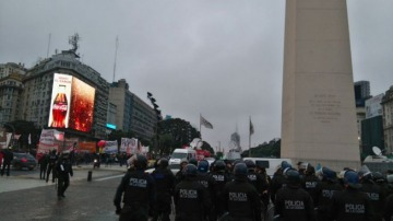 Tensión en el centro porteño por la llegada de Infantería frente a un reclamo de trabajadores de Pepsico