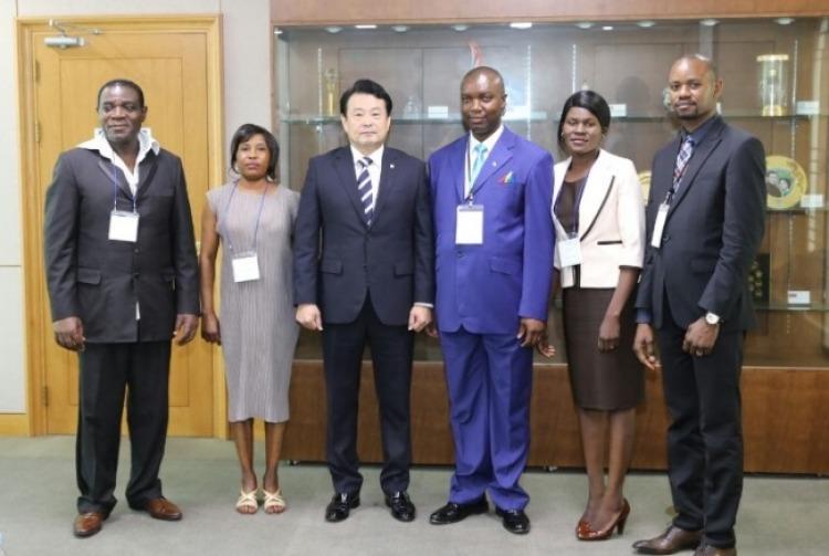 Al centro Kim Dai-Nyeon, saliente titular de la Cámara Nacional Electoral con autoridades congoleñas