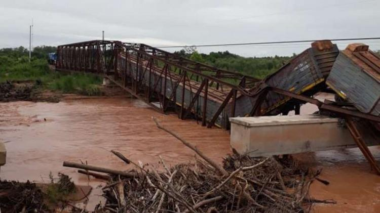 Cae puente ferroviario justo cuando pasaba un tren de cargas