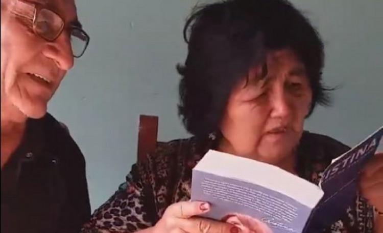 Venden por Internet una muñeca de Cristina con libro incluido