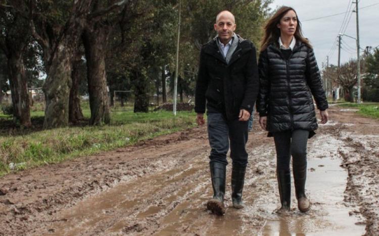 Vidal caminando en el barro en la campaña 2015, en un barrio que dos años después seguía igual de abandonado