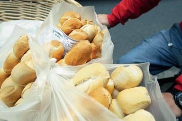 El kilo de pan queda garantizado en 65 pesos para la tarjeta alimentaria