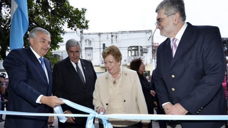 Baca en una inauguración, junto a Gerardo Morales