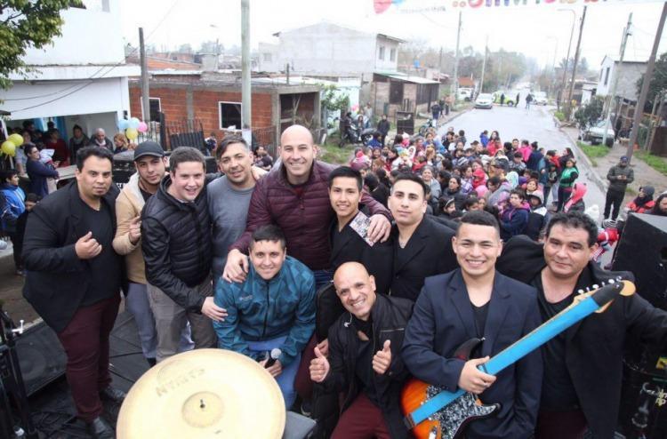 Molina, en el medio; Lucas Mansilla, agachado con campera azul abajo del ex intendente; Galetto, arriba, con campera negra inflable