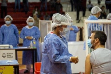 4 de cada 10 personas mayores de 18 años ya recibieron alguna vacuna contra el coronavirus
