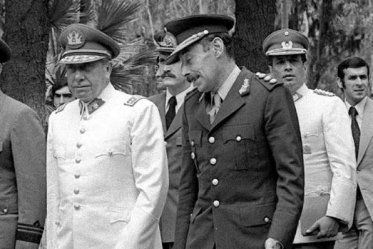 Los dictadores Augusto Pinochet (Chile) y Jorge Rafael Videla, parte del Plan Cóndor.