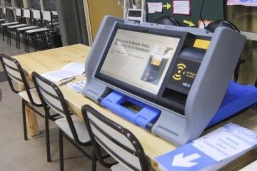 """Ex jefe del MI6: """"el papel y lápiz son más seguros que cualquier sistema de voto electrónico"""""""