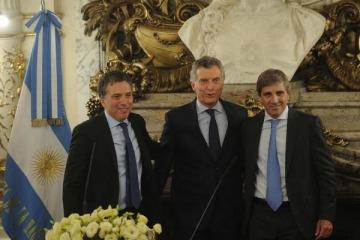 """Macri les tomó juramento a Caputo y Dujovne y reclamó """"más alegría"""""""
