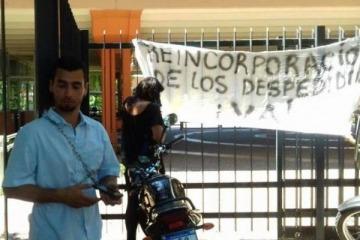 Más cesantías: trabajadores de la Secretaría de Deportes se encadenan en la puerta del Cenard
