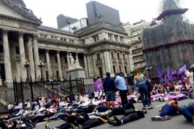 Mujeres marcharon por Avenida Callao contra la violencia machista