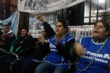Encadenados en el Ministerio de Trabajo: el reclamo de empleados tercerizados despedidos