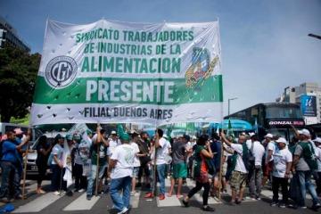 Trabajadores de la Industria Alimentaria marchan en rechazo a la propuesta de aumento salarial del 17% en tres cuotas