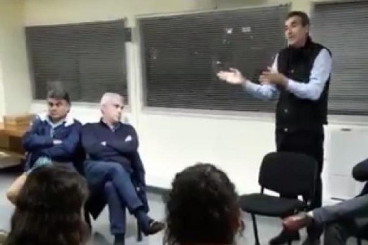 Randazzo no habla ante los medios y sigue con sus videos