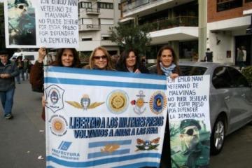 Desfile militar en Palermo: aviones de guerra, militares y familiares de represores