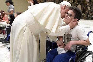 La sugestiva foto del Papa Francisco en medio de la quita de pensiones a los discapacitados