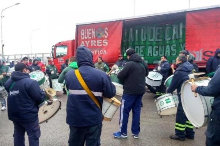 Camioneros paralizaron la distribución de Coca Cola