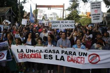 Escrache y marcha para repudiar la prisión domiciliaria de Etchecolatz