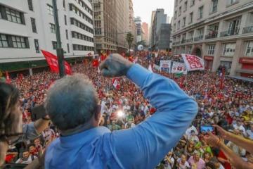 Con un multitudinario apoyo, Lula espera sentencia para saber si irá a la cárcel o será candidato a presidente