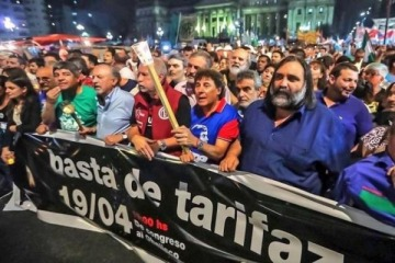 """Multitudinaria """"marcha de las velas"""" contra los tarifazos del Gobierno"""