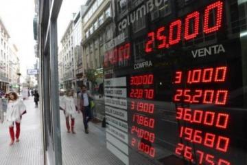Crisis cambiaria: un dólar imparable desoyó a la política y alcanzó los $25,52