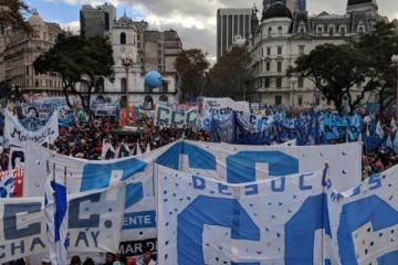 La multitudinaria Marcha Federal culminó con un llamado al paro nacional