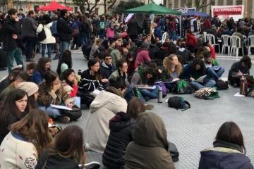 Reclamo salarial: las universidades dan clases públicas en Plaza de Mayo a modo de protesta