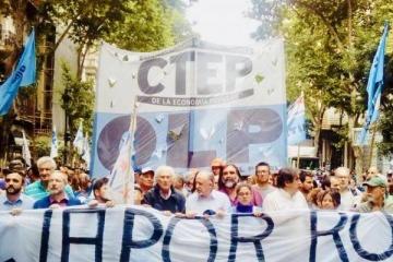 Multitudinaria marcha de los movimientos populares por el asesinato de dos miembros de la CTEP