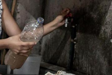 """""""Sale con olor a caca"""": la fuerte denuncia sobre el agua de Macri y Larreta para la Villa 21-24"""