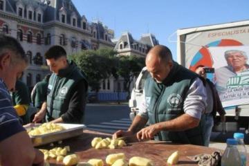 El Frente Sindical de Moyano y las CTA instalaron 400 ollas populares por el Día del Trabajador