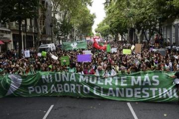 """""""La deuda es con nosotras"""": marcha contra la violencia machista, la desigualdad de género y por el aborto legal"""