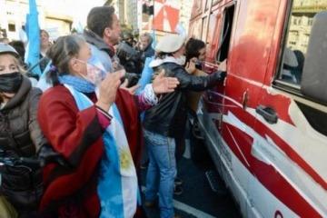 """Brutal ataque al móvil de C5N en el banderazo anticuarentena, """"por la libertad"""" y la """"justica"""" que agitó el macrismo"""