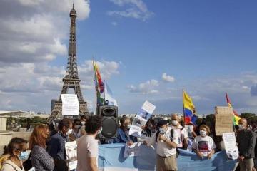 """""""Basta de corrupción"""" macrista: unos 300 argentinos repudiaron la """"fuga"""" de Macri en París frente a la Torre Eiffel"""