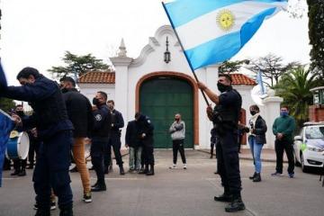 La policía bonaerense continúa con su protesta sediciosa en Olivos a pesar de la propuesta de diálogo del Presidente