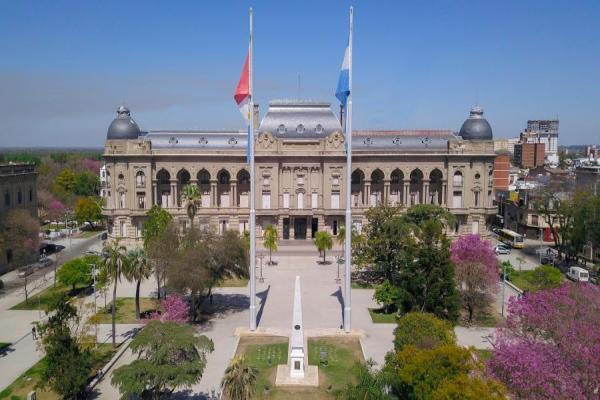Un gobernador peronista desmiente haber vacunado a toda su familia y se pone a disposición de un test