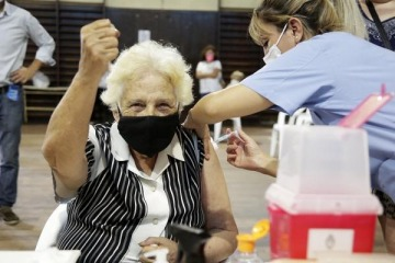 En Provincia, la vacunación bajó la letalidad a la mitad en mayores de 70 años