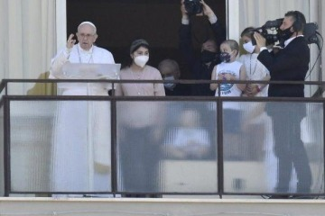 El Papa volvió a mostrarse en público tras la operación de colon a la que se sometió